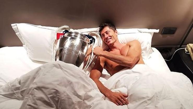 Robert Lewandowski w łóżku... z pucharem