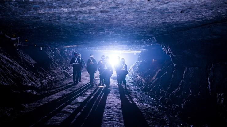 Wypadek w kopalni Rudna. Samochód przewożący pracowników uderzył w ścianę wyrobiska. Są poszkodowani