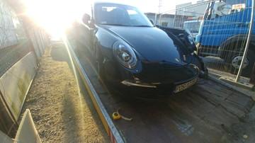 Pracownik myjni samochodowej ukradł Porsche. Później rozbił je na płocie i uciekł