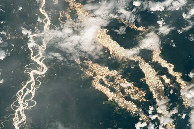 Widok z Międzynarodowej Stacji Kosmicznej na nielegalne wydobycia złota w Peru