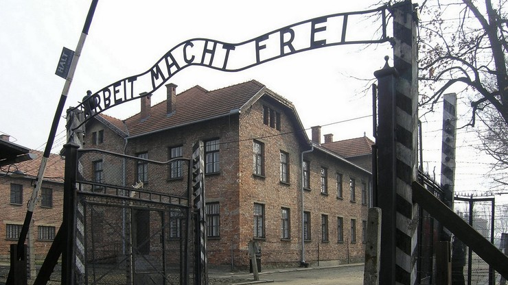 """Grupa młodych Żydów i arabskich uchodźców odwiedzi Auschwitz. """"Musimy im przybliżyć historię"""""""
