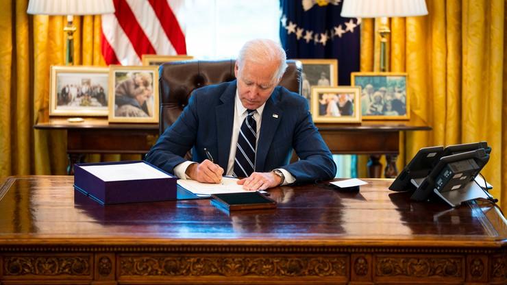 Prawie 2 bln dolarów wsparcia dla gospodarki. Joe Biden podpisał ustawę pomocową
