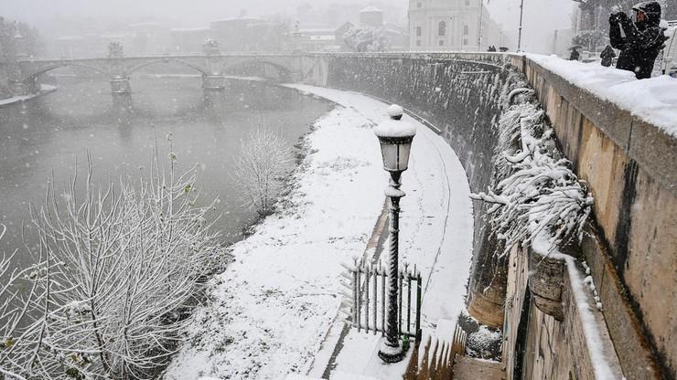 Rzym - miasto zamknięte z powodu śniegu. Cienka warstwa puchu spowodowała chaos na ulicach i kolei