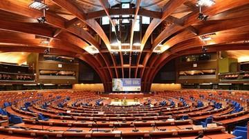Rada Europy zaniepokojona politycznymi ingerencjami w media. Także w Polsce