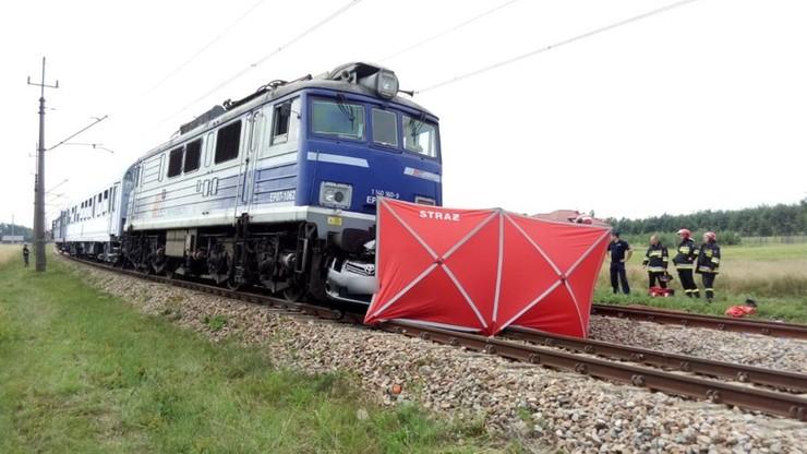 Toyota wjechała pod pociąg. Zginęły dwie osoby, które jechały samochodem