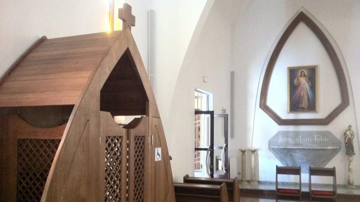 """Konfesjonały """"bez barier"""". W jednym z kościołów w Warszawie można wyspowiadać się na wózku"""
