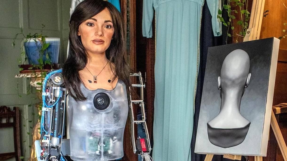 Poznajcie Ai-Da, pierwszy robot humanoidalny, który otwiera swoją galerię sztuki