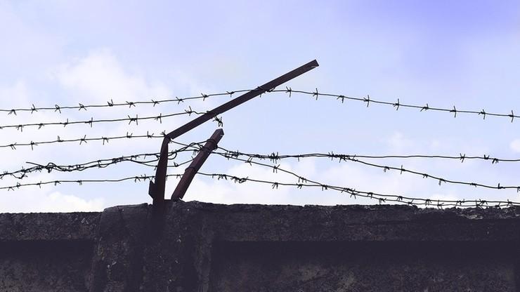 Białoruś: 18-latkowie skazani na kolonię karną. Malowali napisy na tarczach służb bezpieczeństwa