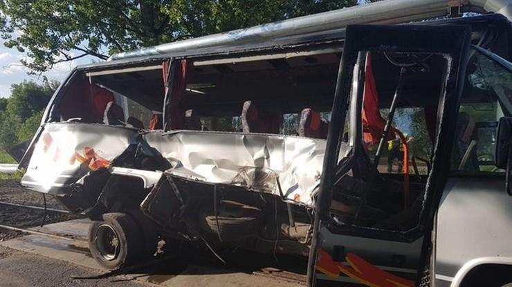 Kierowca busa wjechał pod pociąg. Według świadków chwilę wcześniej rozmawiał przez telefon