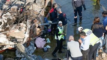 Ciężarówka przebiła się przez barierę i spadła z 20 metrów. Wśród ofiar kobieta w ciąży i niemowlęta