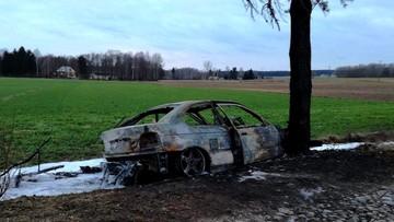 Uciekał przed policją, uderzył w drzewo. Bmw spłonęło, a kierowca uciekł gubiąc po drodze marihuanę