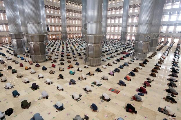 Indonezyjscy muzułmanie podczas piątkowej mszy utrzymują dystans społeczny