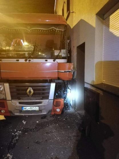 Tir wjechał w budynek i uszkodził przyłącza gazowe. Ewakuowano 26 osób