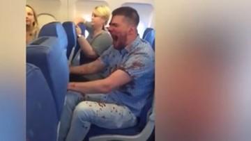 """Bał się latać samolotem, więc wypił """"na rozluźnienie"""". Musieli go obezwładnić pasażerowie"""