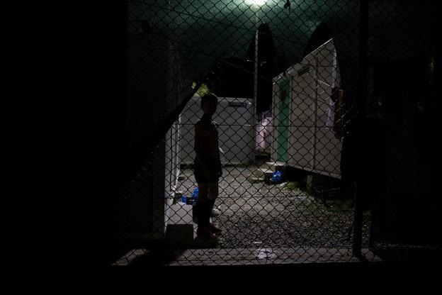 Obóz dla uchodźców w wiosce Moria na Lesbos nocą