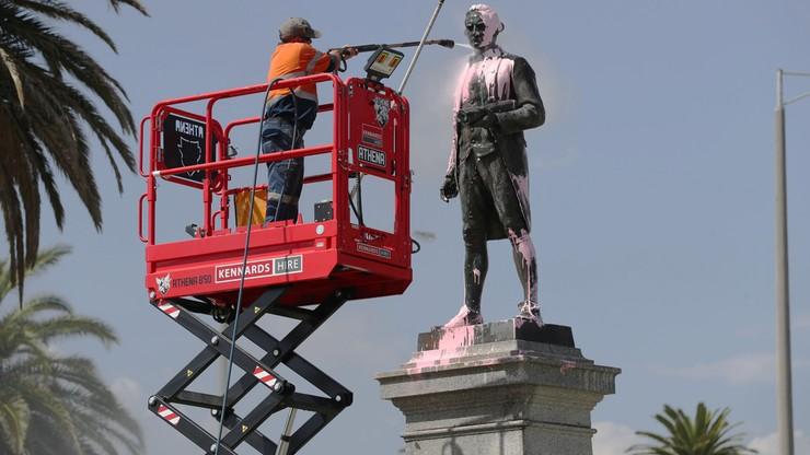 """Pomnik Jamesa Cooka w Melbourne oblany farbą tuż przed świętem państwowym. """"Pamiętamy o ludobójstwie"""""""