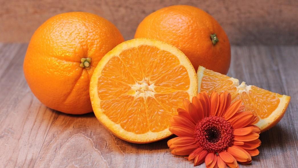 Jak ze skórek pomarańczy i jabłek przygotować środek czyszczący?