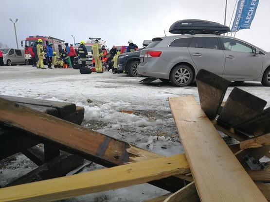 Zerwany dach wypożyczalni sprzętu narciarskiego spadł na ludzi.