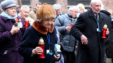 """""""Bogu dziękuję, że przeżyłam"""". Byli więźniowie Auschwitz złożyli kwiaty pod Ścianą Straceń"""