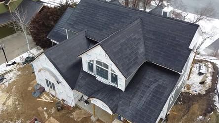 Koniec z odśnieżaniem dachów. Zobacz, jak solarny dach Tesli odśnieża się sam [FILM]