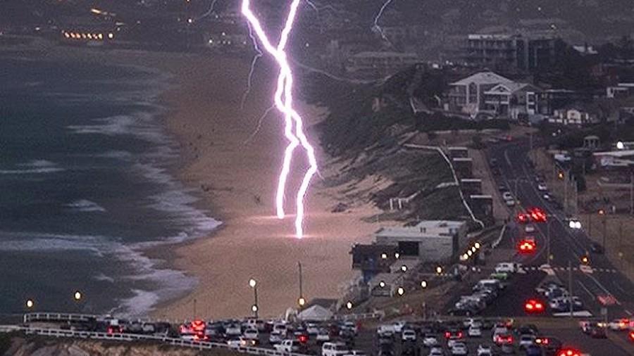 Pioruny uderzają w plaże w Newcastle w Australii. Fot. Instagram / daviddiehmphotography / David Diehm.