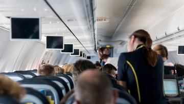 Próbował otworzyć drzwi podczas lotu. Stewardesa rozbiła mu na głowie butelkę wina