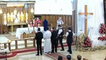 """Policja przerwała mszę w polskim kościele. Teraz """"głęboko żałuje"""""""
