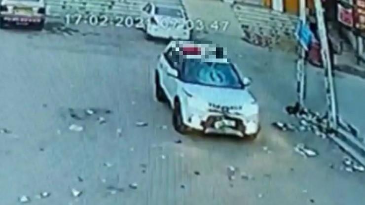Indie: kierowca suva śmiertelnie potrącił rowerzystę. Wiózł go na dachu przez 10 km