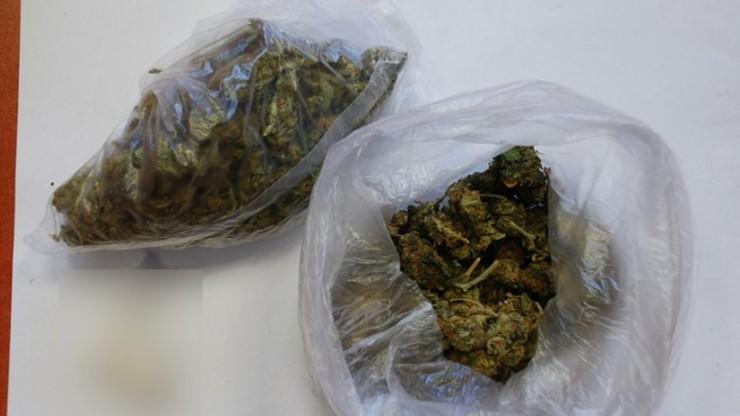 Chciał przekazać aresztowanemu koledze woreczek z marihuaną. Zrobił to na oczach policjantów