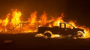 Trzy ogromne pożary w Kalifornii. Ludzie w popłochu uciekają z zagrożonych spaleniem miast