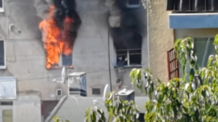 Łódź. Mężczyzna wyskoczył z okna płonącej kamienicy