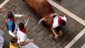 Siódma gonitwa z bykami w Pampelunie. Dwie osoby wzięte na rogi
