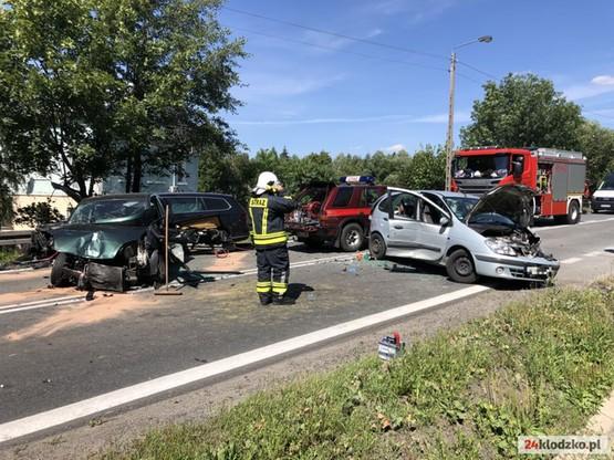 Samochody, które brały udział w wypadku, są zniszczone w różnym stopniu