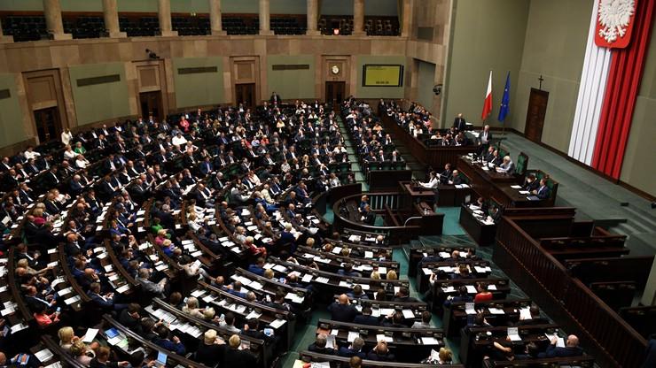 Topnieje przewaga PiS nad koalicją PO i Nowoczesnej. W walce o europarlament PiS przegrywa. Sondaż