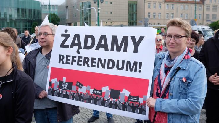 """""""910 tys. Żądamy referendum"""". Manifestacje przeciw reformie edukacji"""