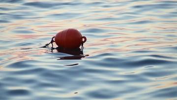 Spędził 14 godzin na środku oceanu. Życie uratowała mu wędkarska boja