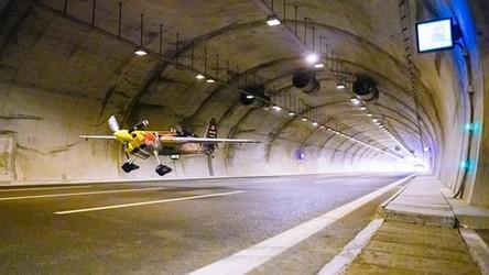 Wleciał samolotem do tunelu i pokonał go z prędkością 245 km/h [WIDEO]