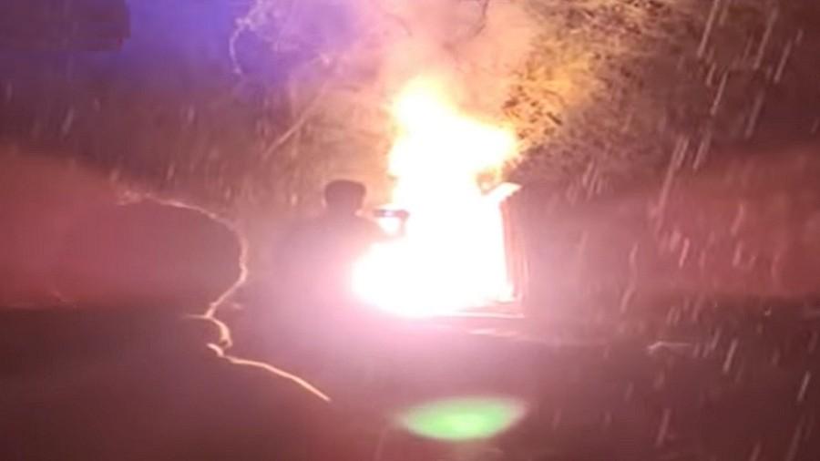 Jeden z pożarów wywołanych przez upadek zagadkowych obiektów w Indiach. Fot. YouTube / TV9 Bharatvarsh.