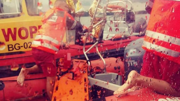 Akcja ratunkowa po wywrotce łodzi. Żeglarzy wyłowili policjanci i ratownicy WOPR