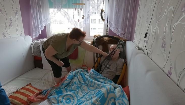 26-latek uwięziony w mieszkaniu. Wolontariusze chcą mu wybudować dom