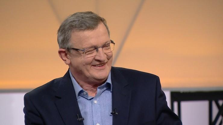"""Tadeusz Cymański świętuje 66. urodziny. Dostał książkę """"Nekrosytuacje. Perełki z życia grabarza"""""""