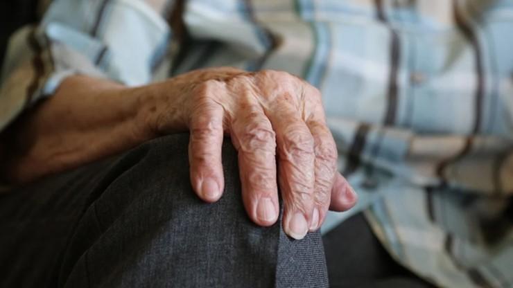 """""""NYT"""": szczepienia powodują znaczne spadki infekcji i zgonów w domach opieki"""