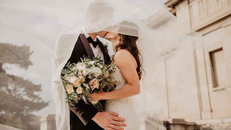 """Co z weselami w czasie pandemii? """"W obawie o zdrowie najbliższych przeniesiemy ślub"""""""