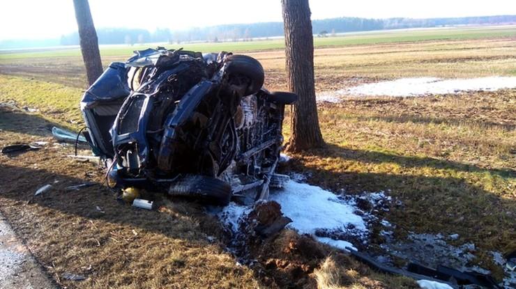 Strażacy zabezpieczyli wrak pojazdu pianą gaśniczą.