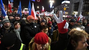 """""""Stop dewastacji Polski"""" - marsz KOD w Warszawie. Doszło do spotkania z kontrmanifestacją"""