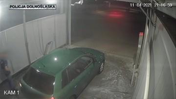 Próbował ukraść auto na myjni. Kobieta potraktowała go wodą