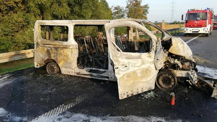 Wypadek na A4. Bus najechał na lawetę, uderzył w bariery i spłonął