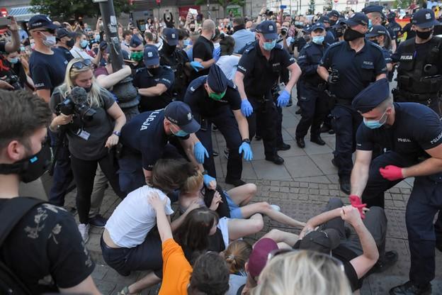"""""""Mamy wiele takich filmików"""". Gawkowski odpowiada policji ws. wyciągania ludzi z tłumu i bicia"""