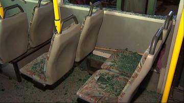"""W autobusie pękły szyby, na karoserii został ślad. """"Prawdopodobnie ktoś strzelał"""""""