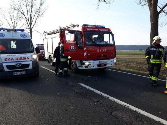 Na miejsce przyjechały: straż pożarna, policja, pogotowie ratunkowe i Inspekcja Transportu Drogowego.